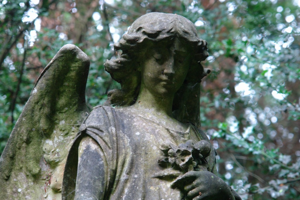 Las figuras, esculturas y motivos son una constante en las tumbas de Highgate highgate cemetery - 5517749964 699253efbc o - Highgate Cemetery de Londres, donde a la muerte se le llama arte