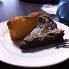 妻の作ったガトーショコラとレモンケーキ