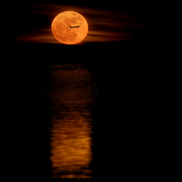 5543730160 fa30a327f8 z 20 Awesome Photos Of The Supermoon