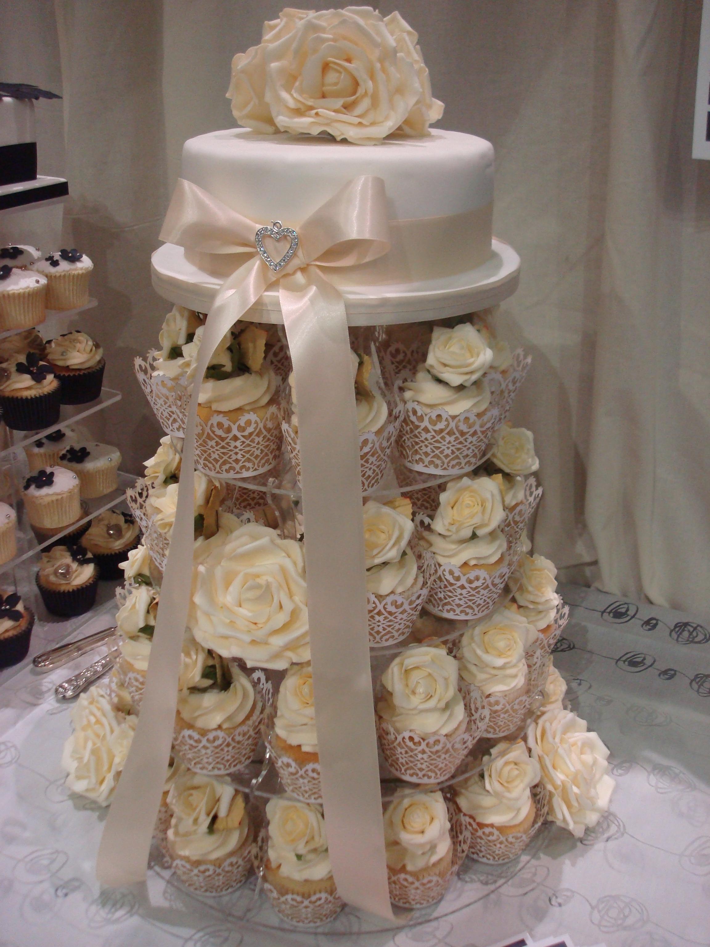 Bánh cưới cupcake 22