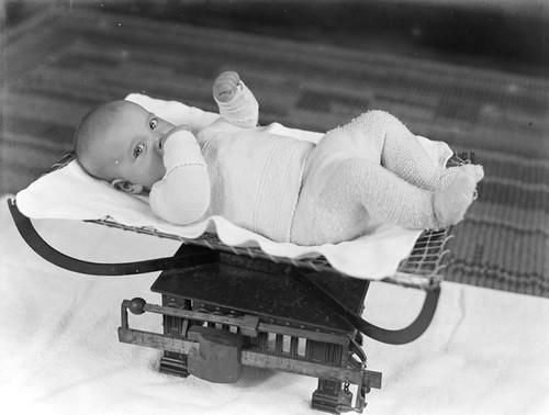 Baby op een weegschaal / Baby on a scale