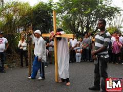 Fieles católicos caminan en tradicional Vía Crucis hasta Villa Trina