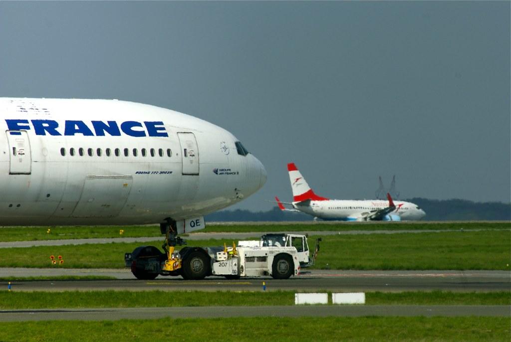 Boeing B777-300ER and Boeing B737-700 Austrian