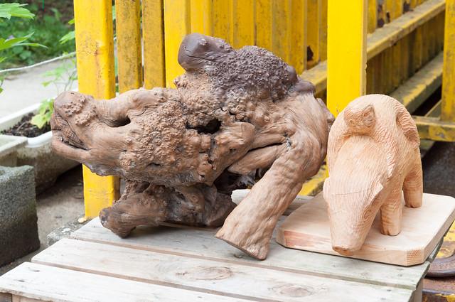福知山市動物園 木彫りのウリ坊とみわちゃん