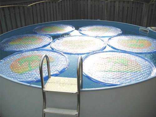 Coloridos paneles solares para decorar y calentar el agua - Calentar piscina solar ...