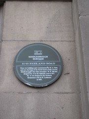 Photo of H. G. Reid, North Eastern Daily Gazette, W. H. Blessley, and R. Lofthouse green plaque