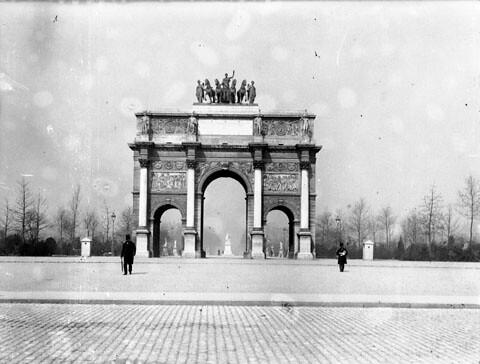 Vue générale de face de l'Arc de Triomphe du Carrousel, Paris, avril 1898