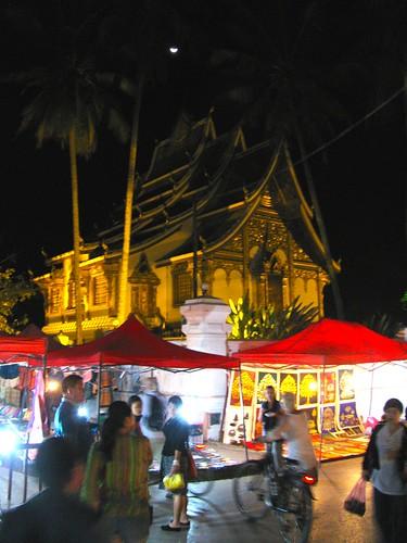 La luna, el templo y el mercado en Luang Prabang