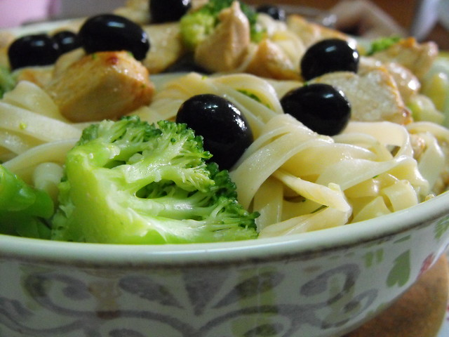 Tagliatelle com frango e bróculos