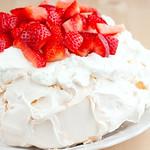 Pavlova con crema di yogurt greco e fragole