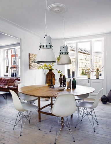 Raul Candales via Elle Decor Spain {white eclectic mid-century / industrial dining room}