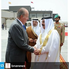 #Repost from @bnanews  HRH King Carlos of Spain is greeted by HRH King Hamad of Bahrain as he departs from #bahrainairport