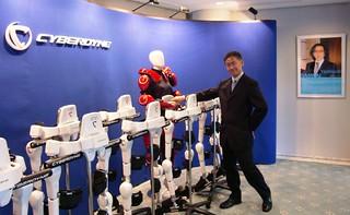 ロボットスーツ HAL と握手とか