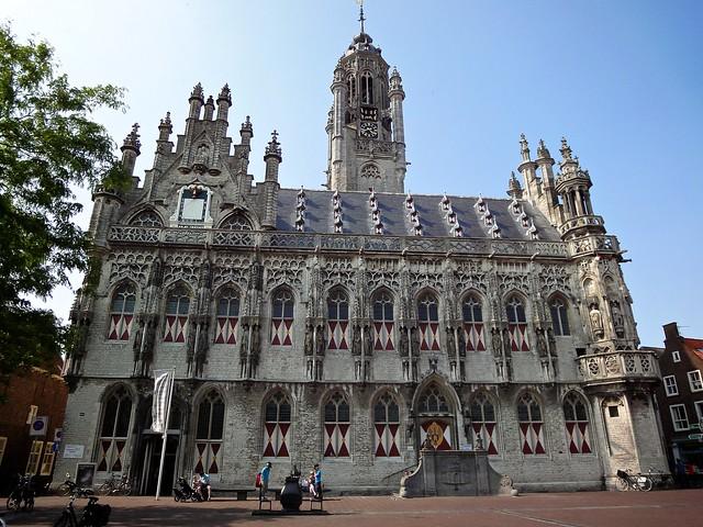 Bezienswaardigheden Zeeland nr 1 Stadhuis van Middelburg aan de Markt
