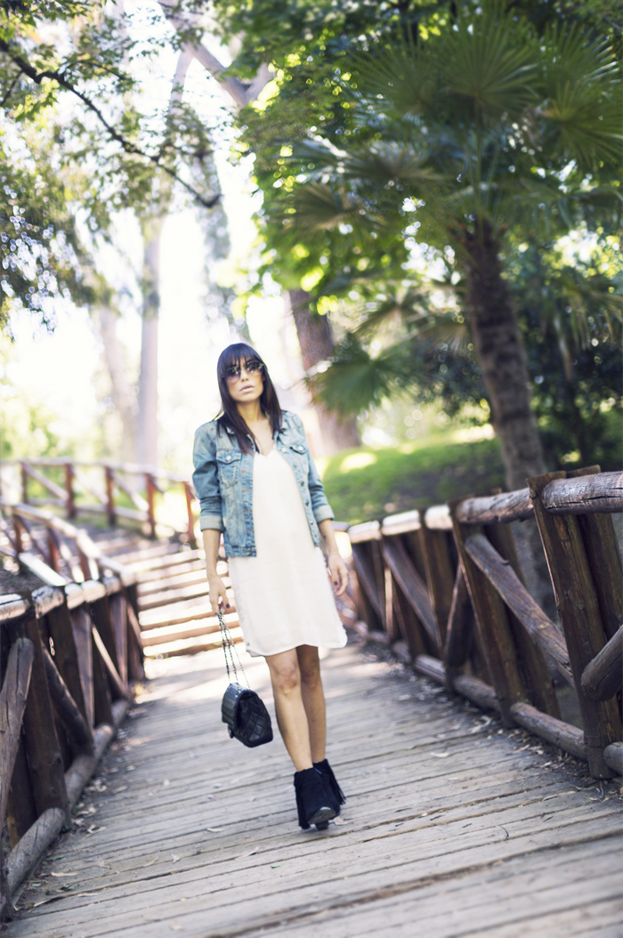 street style barbara crespo on the bridge el retiro madrid white studded dress zara chanel denim jacket fashion blogger outfit blog de moda