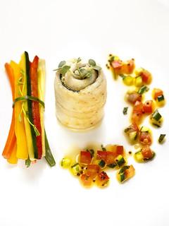 """Rouleaux de sole rôtis à l'huile d'olive """"fruitée vert intense"""", fagots de légumes croquants et sauce vierge."""