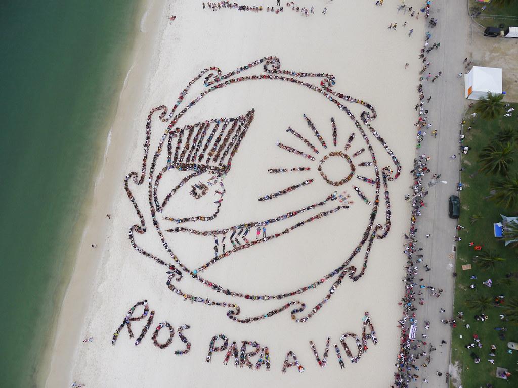 1500位巴西原住民在里約佛朗明哥海灘拼出圖騰,象徵 RIOS PARA A VIDA (Rivers for Life)