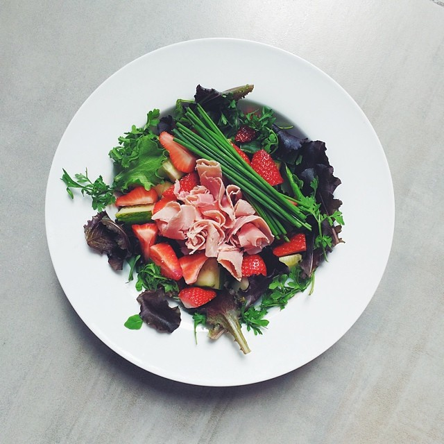 Strawberries week, ham salad. Strawberries, smoked ham, cucumber, chives, Persian cress from Steve's leaves, balsamic vinegar, extra virgin olive oil.  #Omnivore #salad    #happydesksalad #desklunch #desk  #nutrition #nutritionist #notsdadesklunch #fit #f