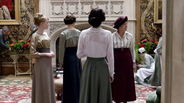 DowntonAbbeyS02E08_WomenDaydressesback