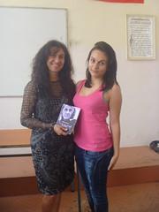 regalando a Mihaela mi poemario Esperanza traducido al bulgaro