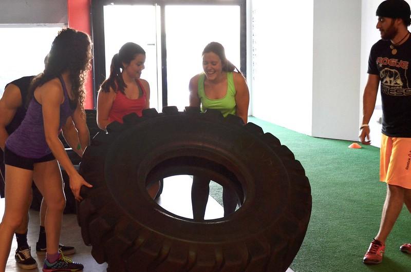 foto del tire flip en la sesión de prueba en CrossFit Northwest Paterna