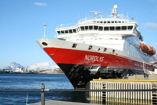 Barco Hurtigruten en los fiordos noruegos