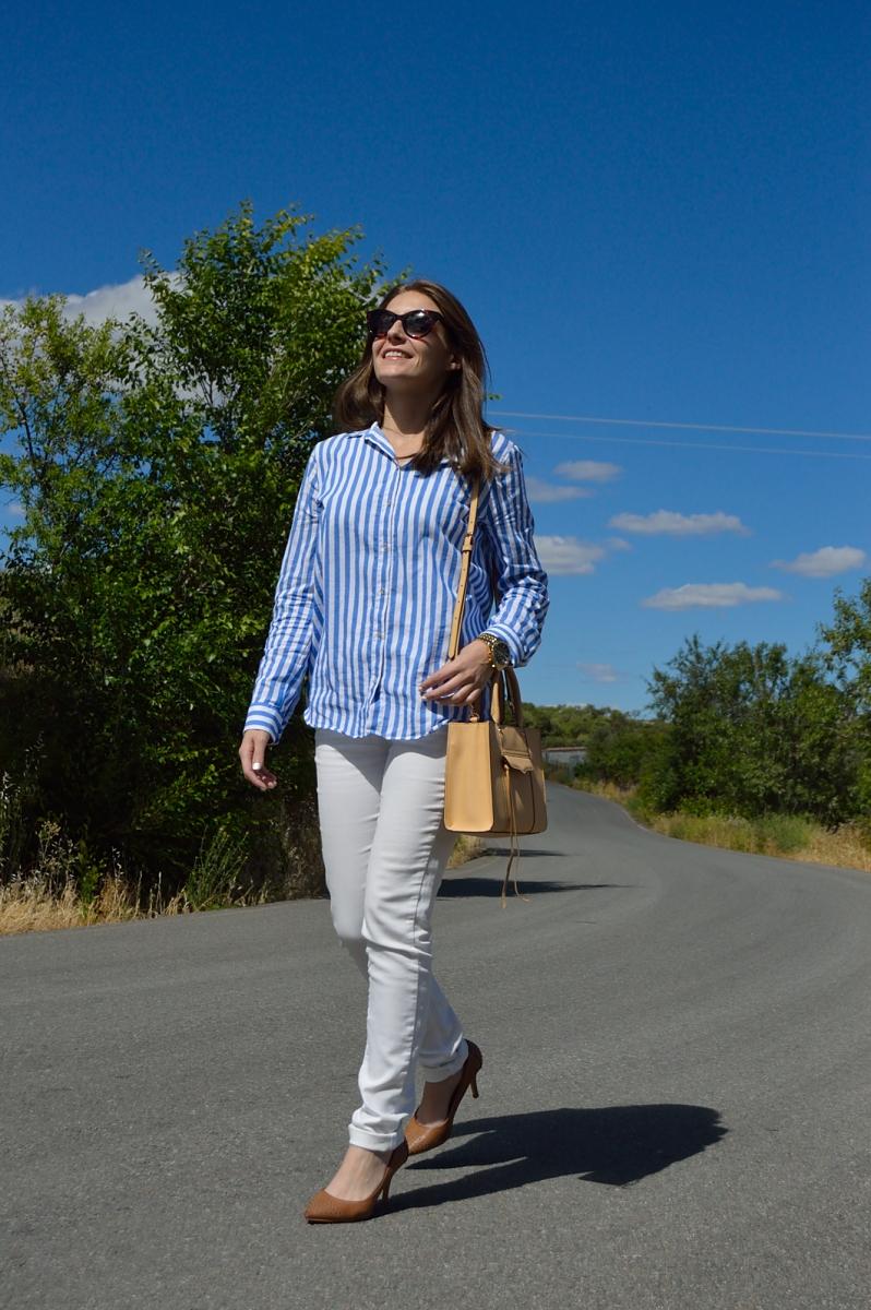 lara-vazquez-madlula-blog-style-streetstyle-blue-white-biscuit-bag