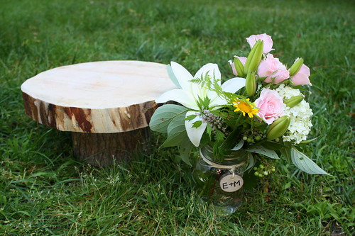 DIY-wooden-wedding-cake-stand-flowers