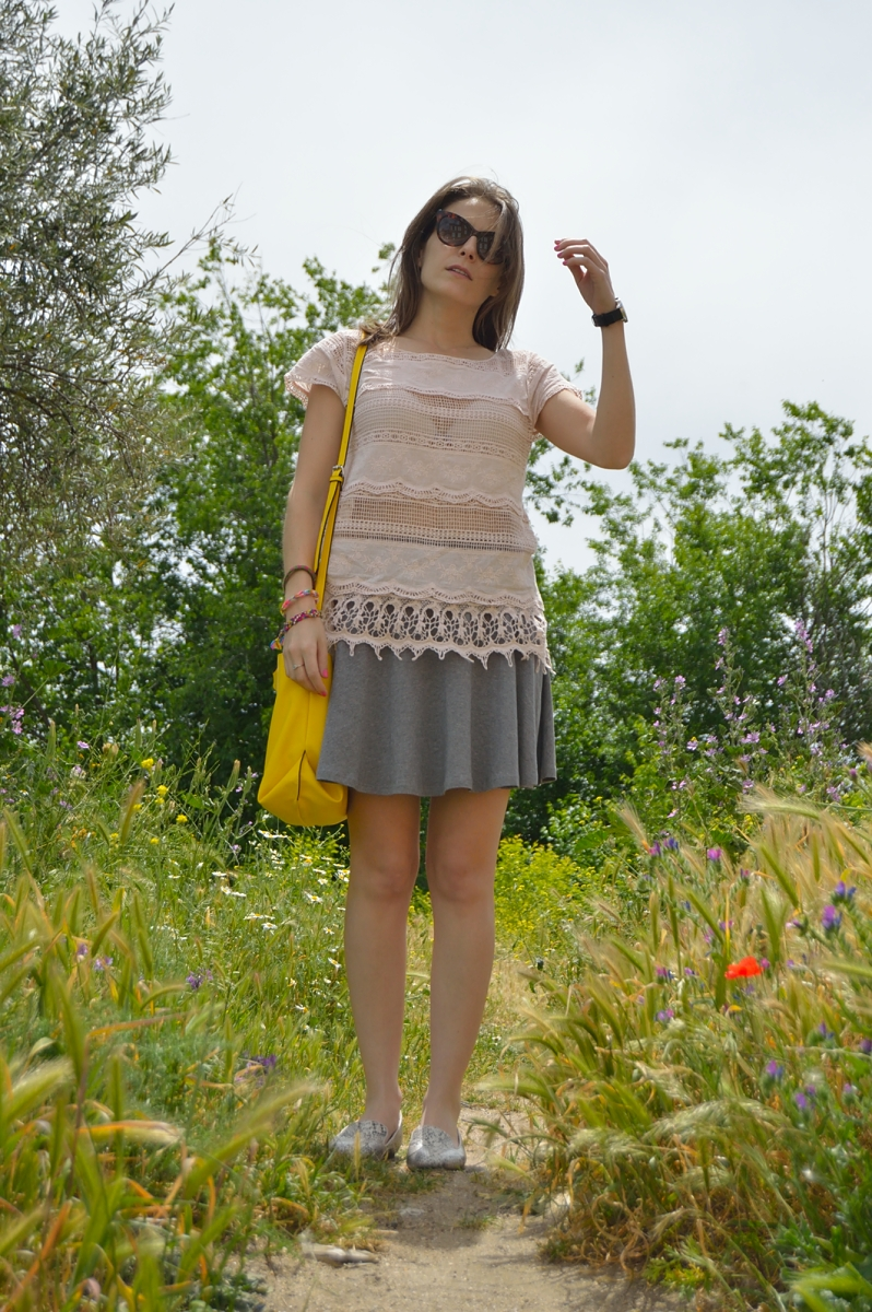 lara-vazquez-madlula-country-side-look-easy-chic-loafers-pink-grey-look
