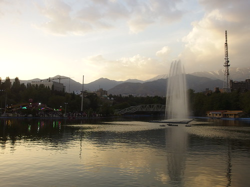 park sunset sky copyright cloud mountain lake fountain berg clouds see evening abend asia asien heiconeumeyer sonnenuntergang iran springbrunnen middleeast himmel wolke wolken tehran teheran gebirge alborz mountainrange copyrighted musicalfountain mellatpark fontäne wasserspiele alburz bergkette islamicrepublicofiran islamicrepublic parkemellat elburz hochgebirge mittlererosten elburs elborz alborzmountainrange elbursgebirge