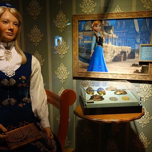 ノルウェー館ではFrozen関連展示があり、ノルウェーの民俗史と、架空の国アレンデールの比較が。