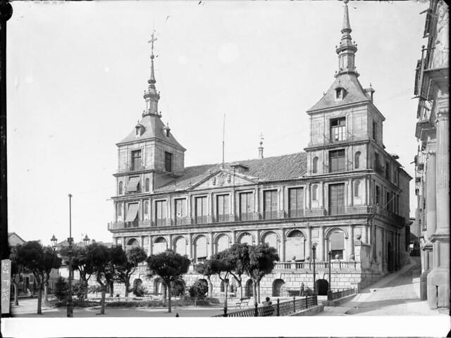 Plaza del Ayuntamiento a comienzos del siglo XX. Fotografía de J. Lacoste © MECD, Fototeca del IPCE, signatura VN-22662_P