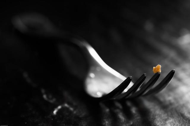 Кусочек еды на вилке