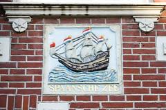 <p>Gevelsteen 'de Spaanse Zee' van het huis Oudegracht 80, voorstellende een  handelsschip onder vol zeil. Foto: Anna van Kooij.</p>