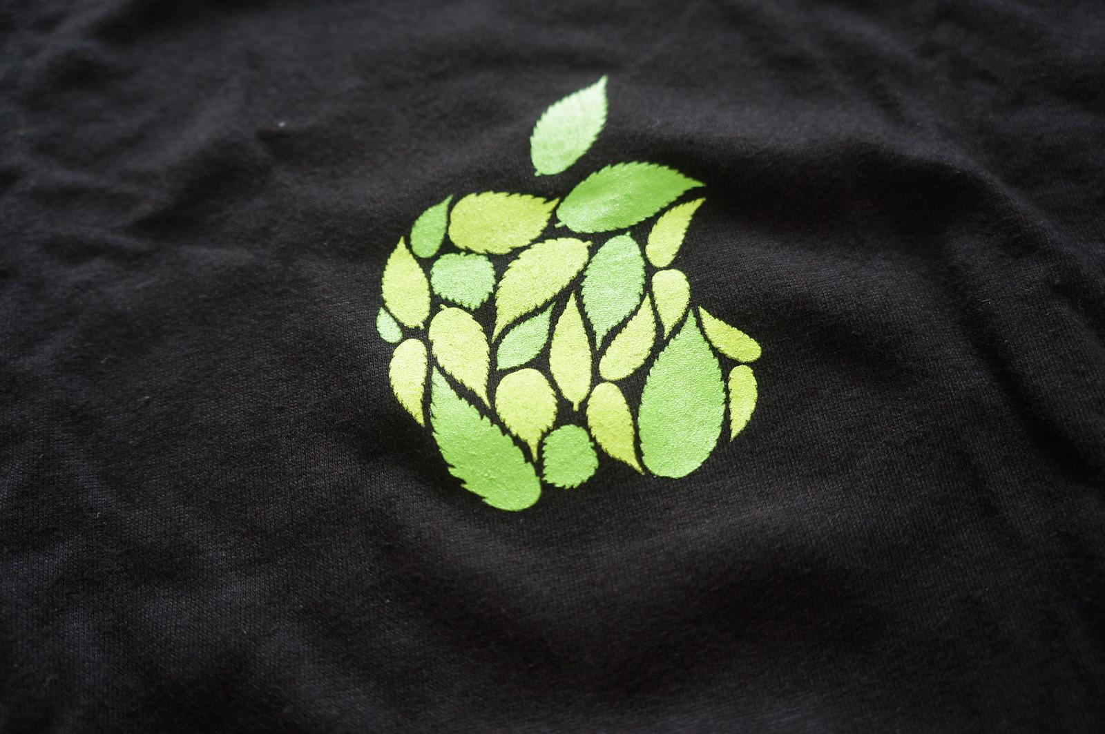 ケヤキの葉でできたAppleのロゴ