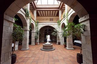 Claustro del convento, con el pozo en el centro.