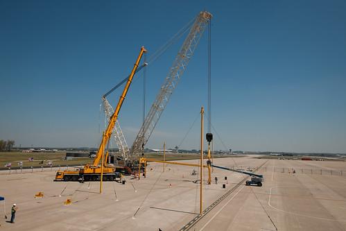 Crews Prepare Cranes For Discovery's Arrival (201204160001HQ)