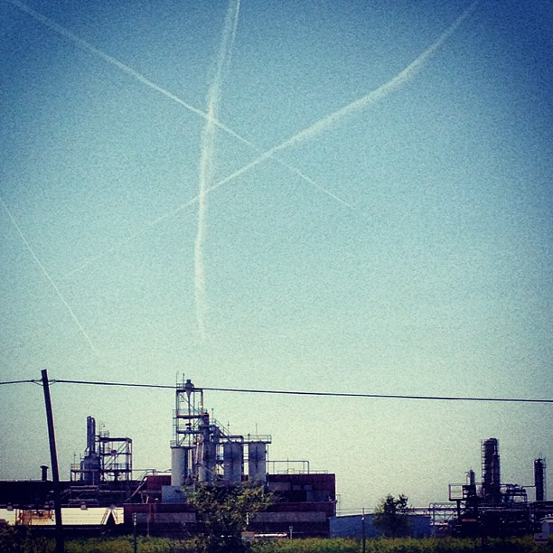 136/365+1 Triangle Sighting #contrails #sky #industrial