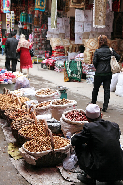 カシュガル旧市街、路上のナッツ屋