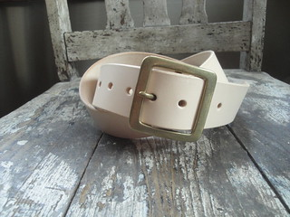 Natural belt with brass garrison buckle