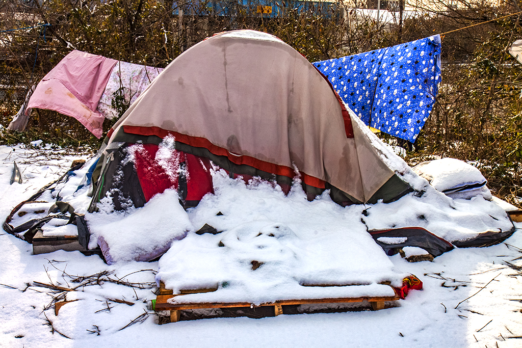 Tent-city-by-freeway--Camden-4