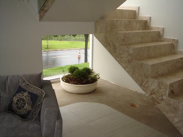 escada jardim embaixo:Isso embaixo da escada ainda vai virar um jardim!