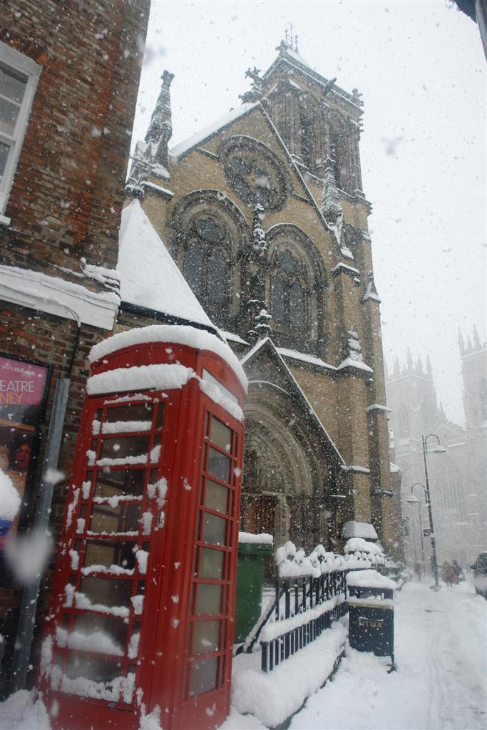 Cabina inglesa roja cubierta de nieve en frente de la preciosa York Minster York, magia e historia tras la nieve - 5272916009 5c0c9559dc o - York, magia e historia tras la nieve