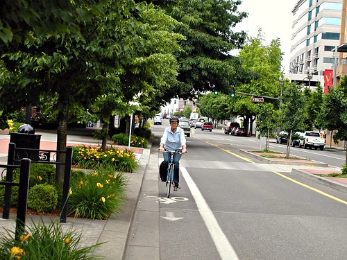 bicycling in Vancouver, WA (courtesy of PedBikeImages/Jennifer Campos)