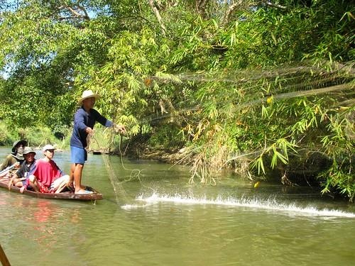 Hombres pescando con red