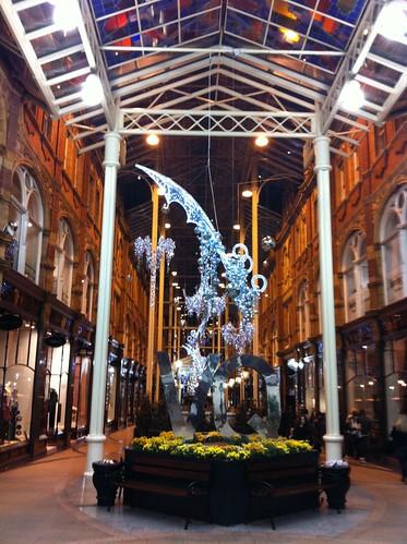 Una de las magníficas galerías del Victoria Quarter, repleto de tiendas de lujo