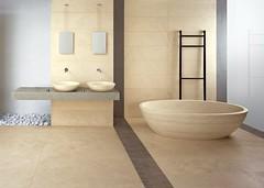 Badezimmer mit modernem Kalkstein Bodenbelag
