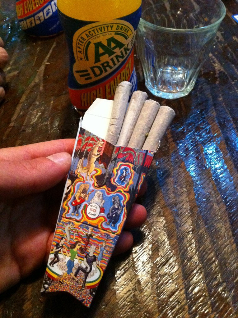 """Caja de porros del famoso Bulldog coffeeshop intentando volar con """"marihuana airlines"""" desde amsterdam - 5251543797 8d63fa38db b - Intentando volar con """"Marihuana Airlines"""" desde Amsterdam"""
