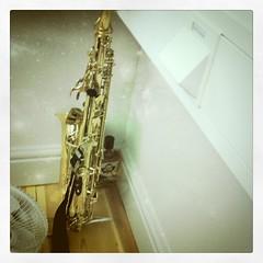 string instrument(0.0), baritone saxophone(0.0), reed instrument(1.0), saxophone(1.0), brass instrument(1.0), wind instrument(1.0),