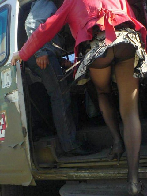 Под юбкой фото в автобусе
